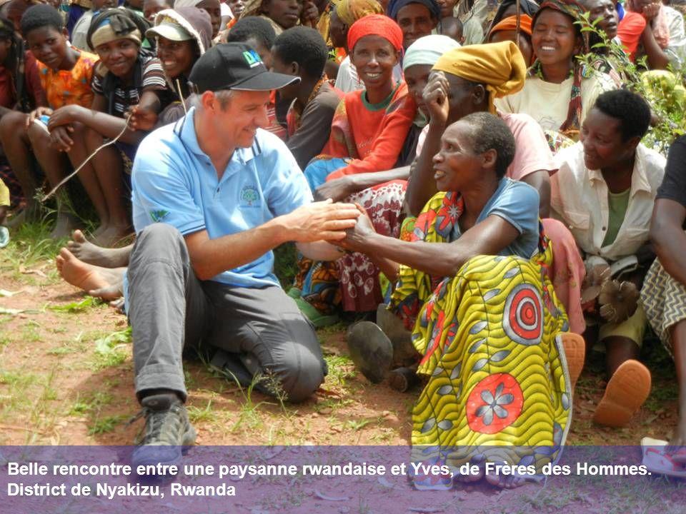 Belle rencontre entre une paysanne rwandaise et Yves, de Frères des Hommes.