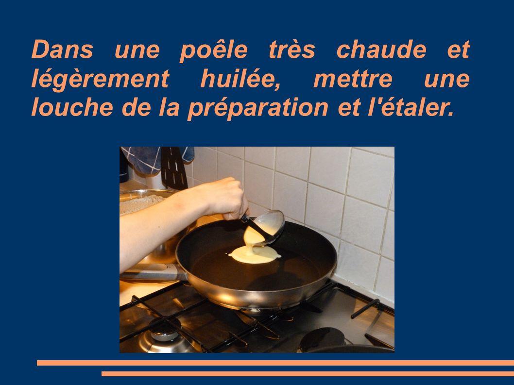 Dans une poêle très chaude et légèrement huilée, mettre une louche de la préparation et l étaler.