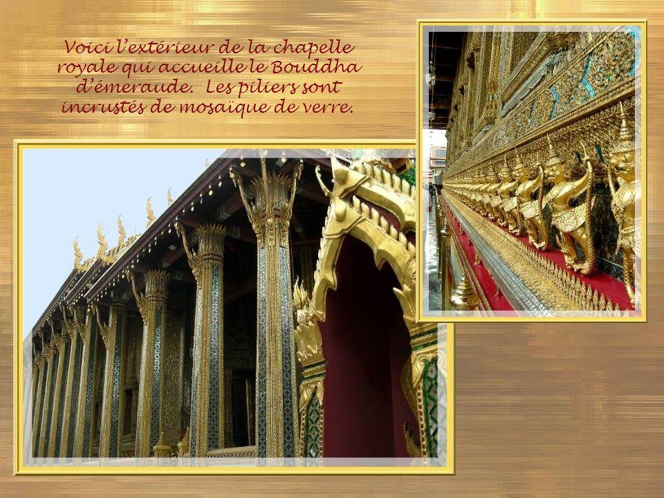 Voici l'extérieur de la chapelle royale qui accueille le Bouddha d'émeraude.