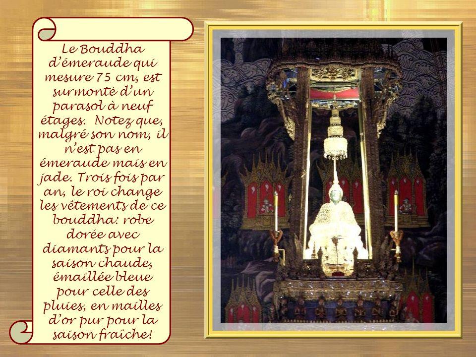 Le Bouddha d'émeraude qui mesure 75 cm, est surmonté d'un parasol à neuf étages.