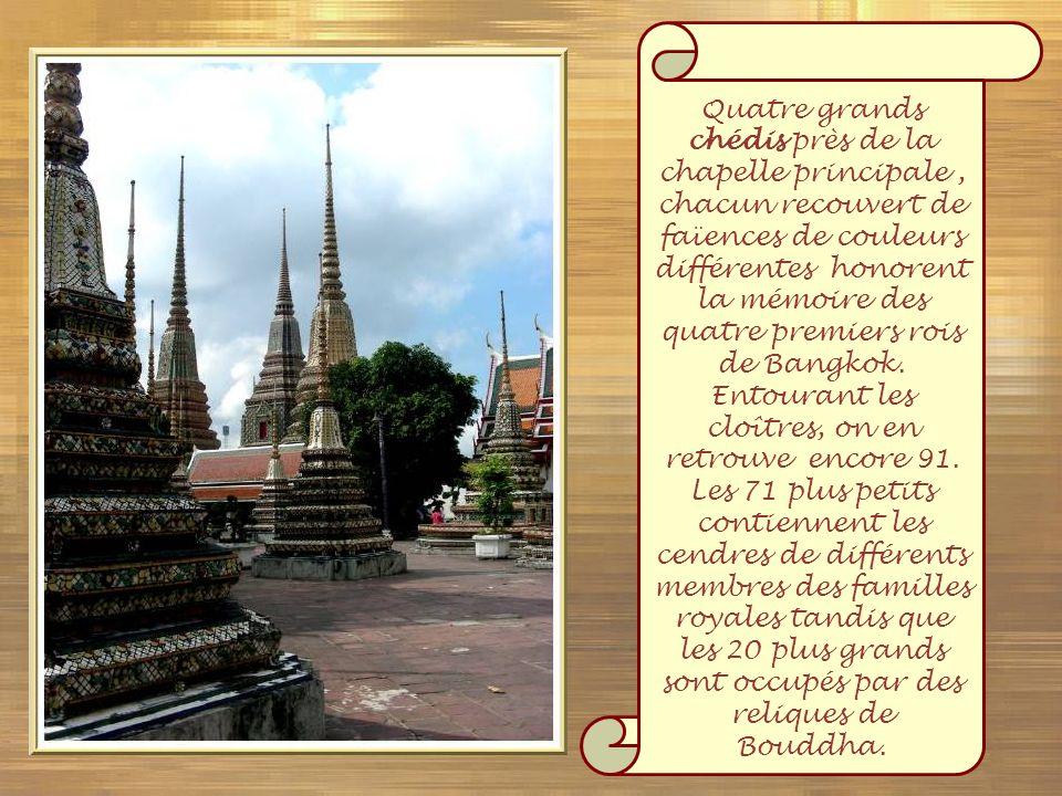 Quatre grands chédis près de la chapelle principale , chacun recouvert de faïences de couleurs différentes honorent la mémoire des quatre premiers rois de Bangkok.