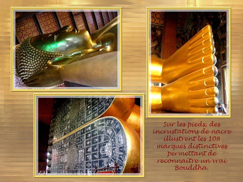 Sur les pieds, des incrustations de nacre illustrent les 108 marques distinctives permettant de reconnaître un vrai Bouddha.