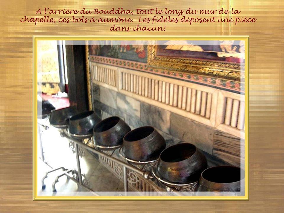 A l'arrière du Bouddha, tout le long du mur de la chapelle, ces bols à aumône.