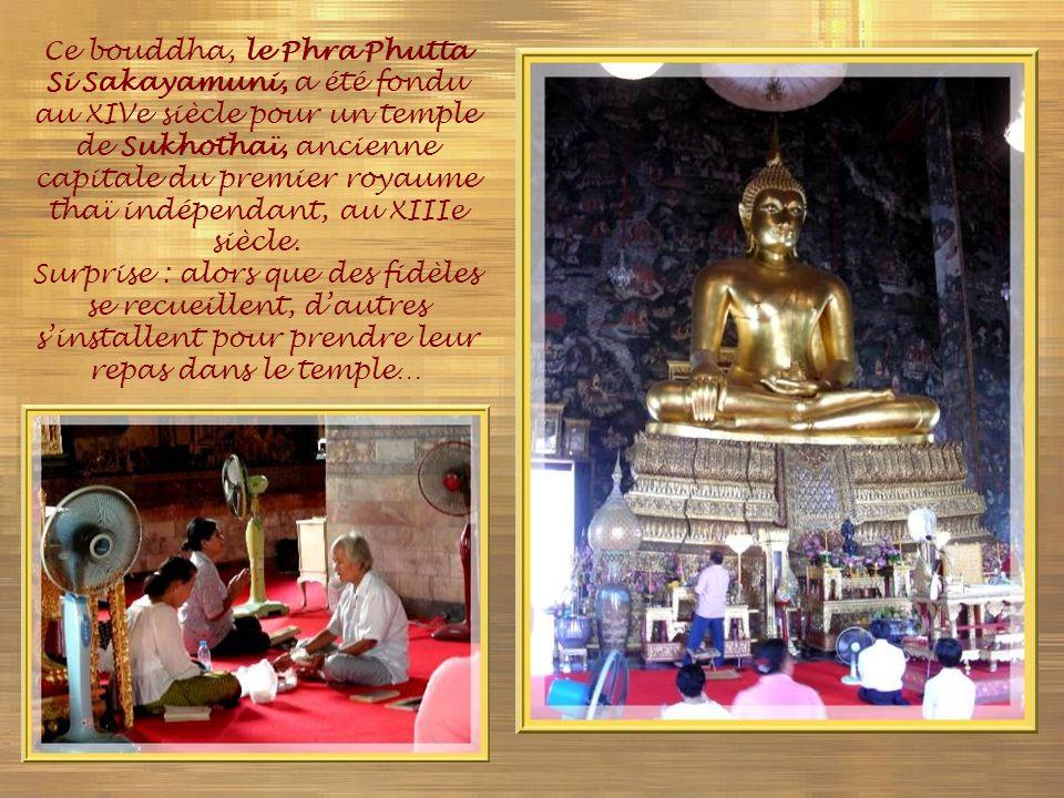 Ce bouddha, le Phra Phutta Si Sakayamuni, a été fondu au XIVe siècle pour un temple de Sukhothaï, ancienne capitale du premier royaume thaï indépendant, au XIIIe siècle.