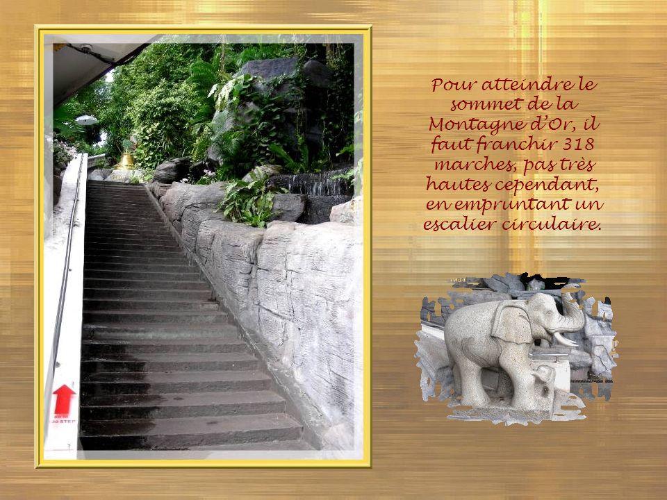 Pour atteindre le sommet de la Montagne d'Or, il faut franchir 318 marches, pas très hautes cependant, en empruntant un escalier circulaire.
