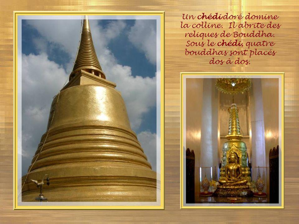 Un chédi doré domine la colline. Il abrite des reliques de Bouddha