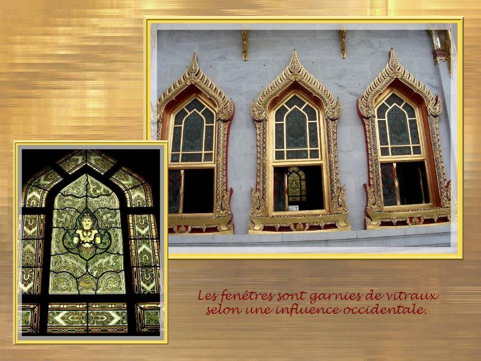 Les fenêtres sont garnies de vitraux selon une influence occidentale.