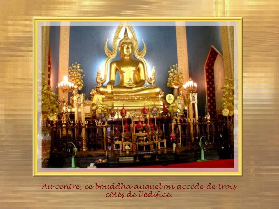 Au centre, ce bouddha auquel on accède de trois côtés de l'édifice.