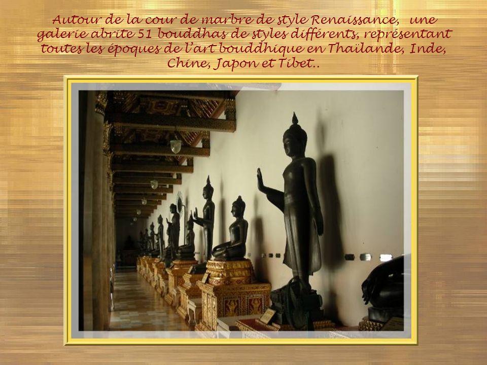Autour de la cour de marbre de style Renaissance, une galerie abrite 51 bouddhas de styles différents, représentant toutes les époques de l'art bouddhique en Thaïlande, Inde, Chine, Japon et Tibet..