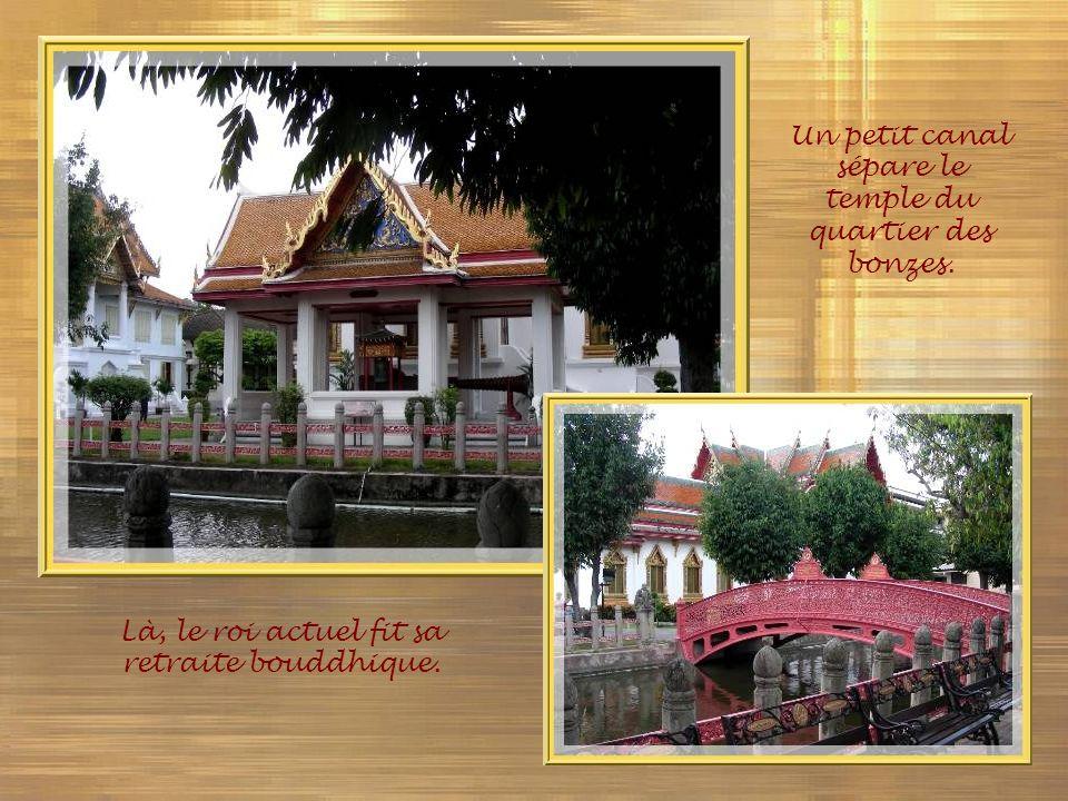 Un petit canal sépare le temple du quartier des bonzes.