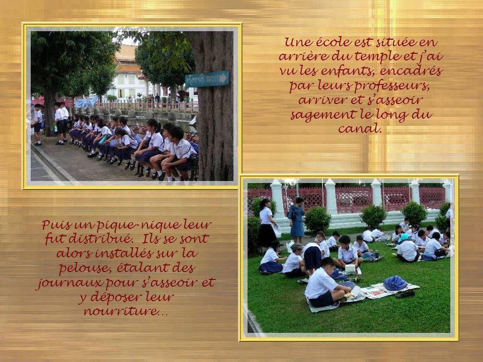 Une école est située en arrière du temple et j'ai vu les enfants, encadrés par leurs professeurs, arriver et s'asseoir sagement le long du canal.