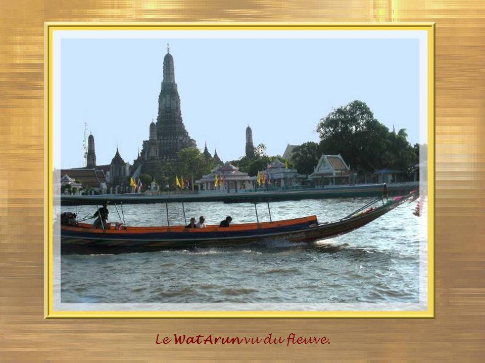 Le Wat Arun vu du fleuve.