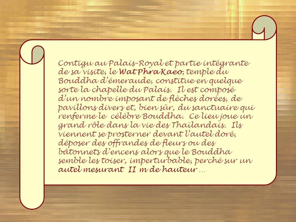 Contigu au Palais-Royal et partie intégrante de sa visite, le Wat Phra Kaeo, temple du Bouddha d'émeraude, constitue en quelque sorte la chapelle du Palais.