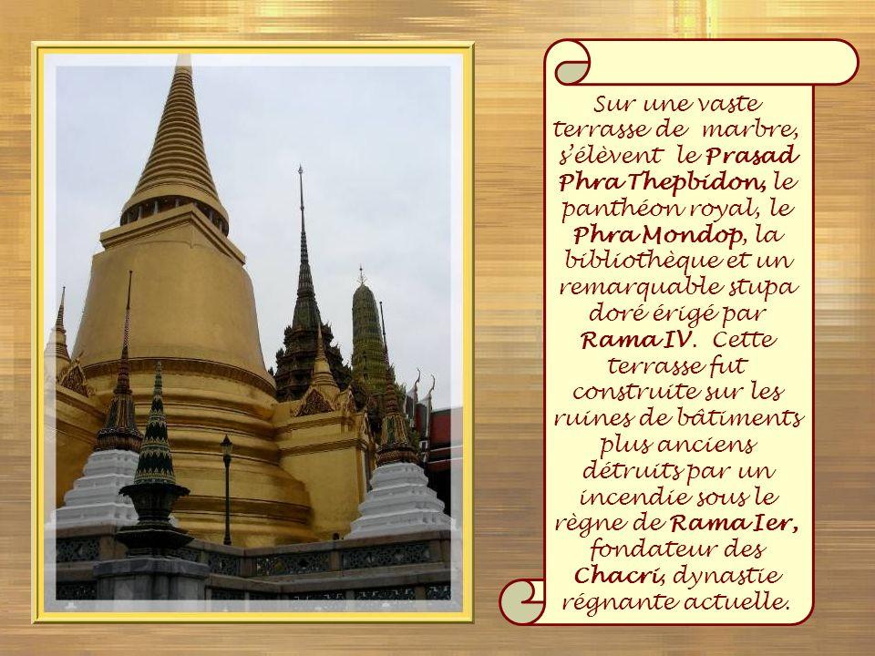 Sur une vaste terrasse de marbre, s'élèvent le Prasad Phra Thepbidon, le panthéon royal, le Phra Mondop, la bibliothèque et un remarquable stupa doré érigé par Rama IV.