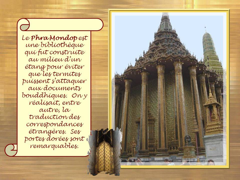 Le Phra Mondop est une bibliothèque qui fut construite au milieu d'un étang pour éviter que les termites puissent s'attaquer aux documents bouddhiques.