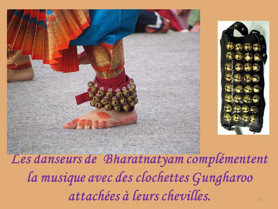Les danseurs de Bharatnatyam complémentent la musique avec des clochettes Gungharoo attachées à leurs chevilles.