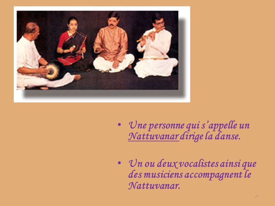 Une personne qui s'appelle un Nattuvanar dirige la danse.
