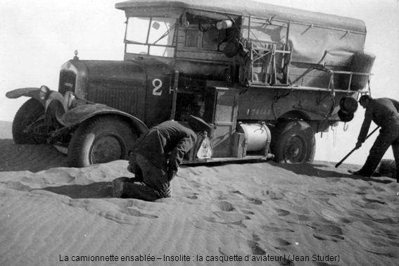 La camionnette ensablée – Insolite : la casquette d'aviateur