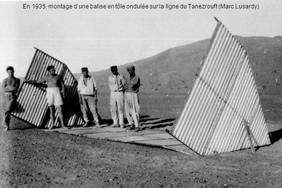 En 1935, montage d'une balise en tôle ondulée sur la ligne du Tanezrouft (Marc Lusardy)