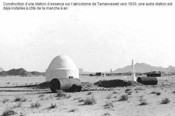 Construction d'une station d'essence sur l'aérodrome de Tamanrasset vers 1930, une autre station est déjà installée à côté de la manche à air.