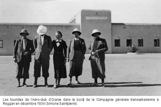 Les touristes de l'Aéro-club d'Oranie dans le bordj de la Compagnie générale transsaharienne à Reggan en décembre 1934 (Simone Saintpierre)