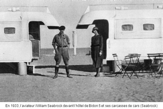 En 1933, l'aviateur William Seabrock devant l'hôtel de Bidon 5 et ses carcasses de cars (Seabrock)