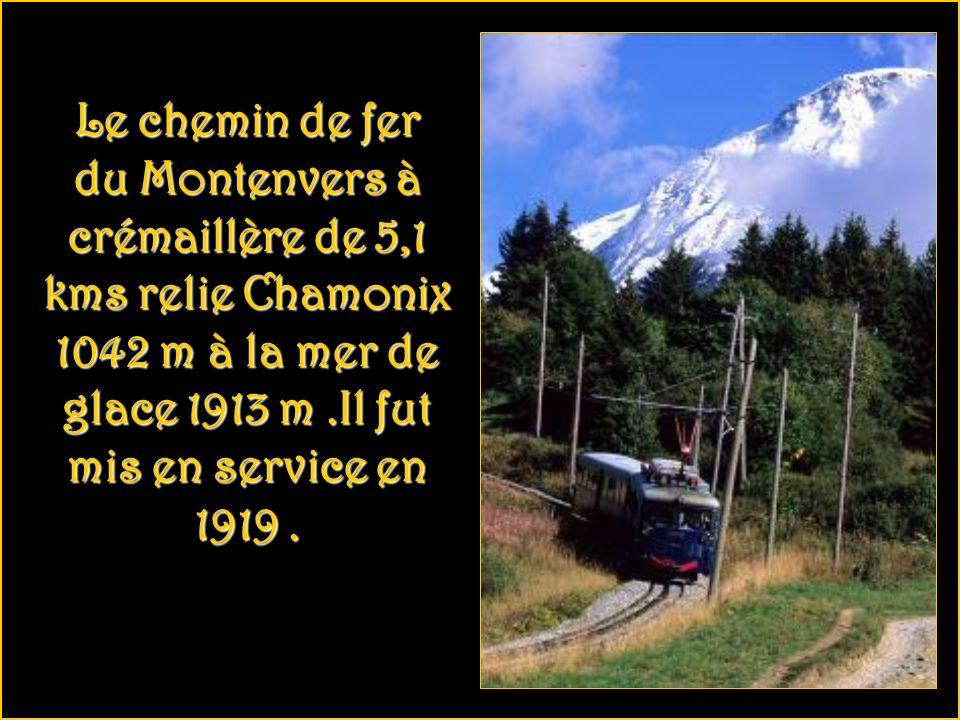 Le chemin de ferdu Montenvers à crémaillère de 5,1 kms relie Chamonix 1042 m à la mer de glace 1913 m .Il fut mis en service en 1919 .