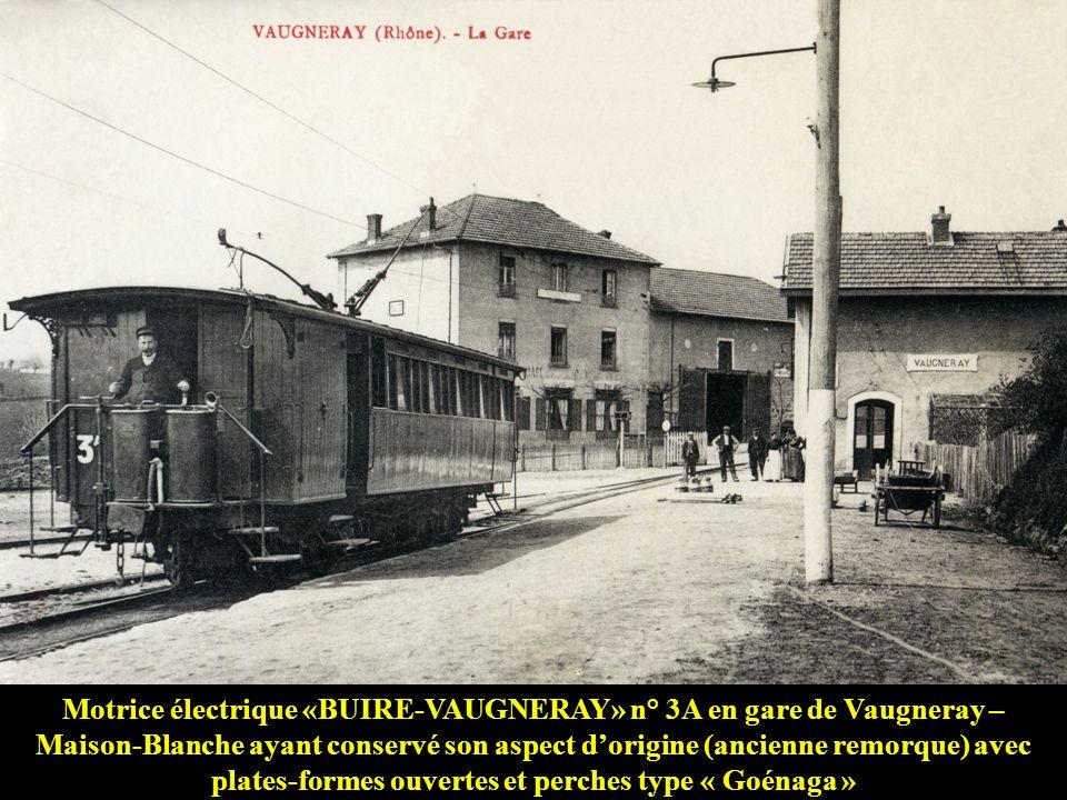 Motrice électrique «BUIRE-VAUGNERAY» n° 3A en gare de Vaugneray – Maison-Blanche ayant conservé son aspect d'origine (ancienne remorque) avec plates-formes ouvertes et perches type « Goénaga »
