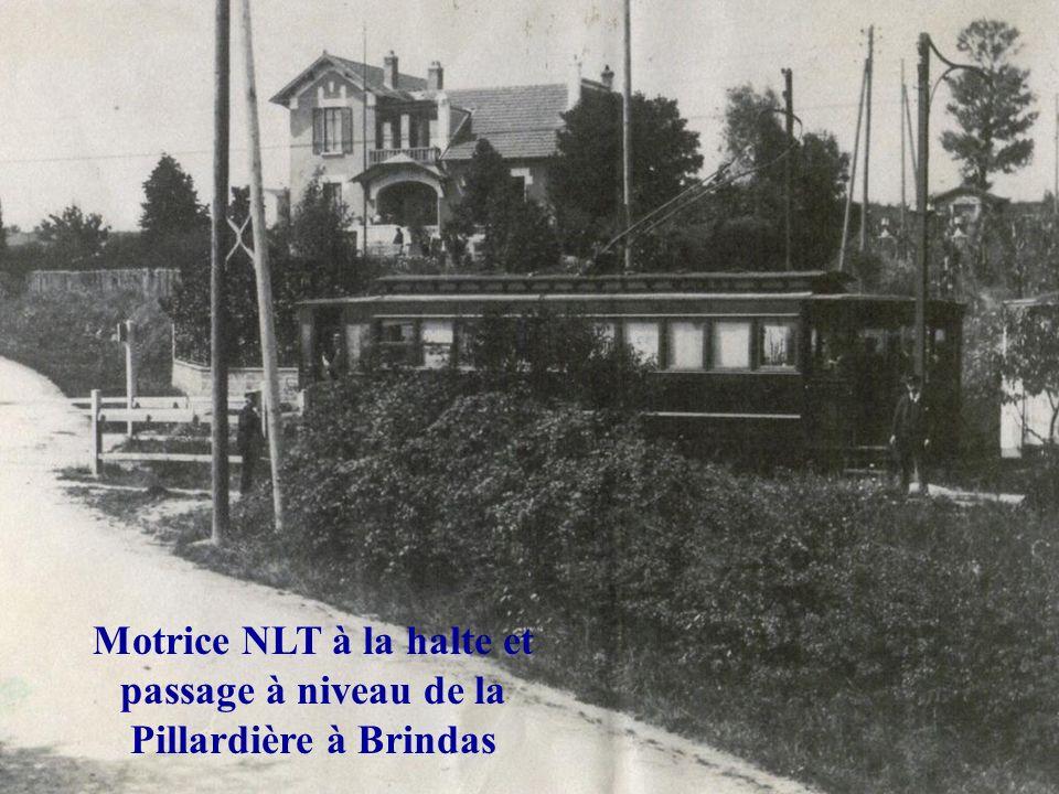 Motrice NLT à la halte et passage à niveau de la Pillardière à Brindas