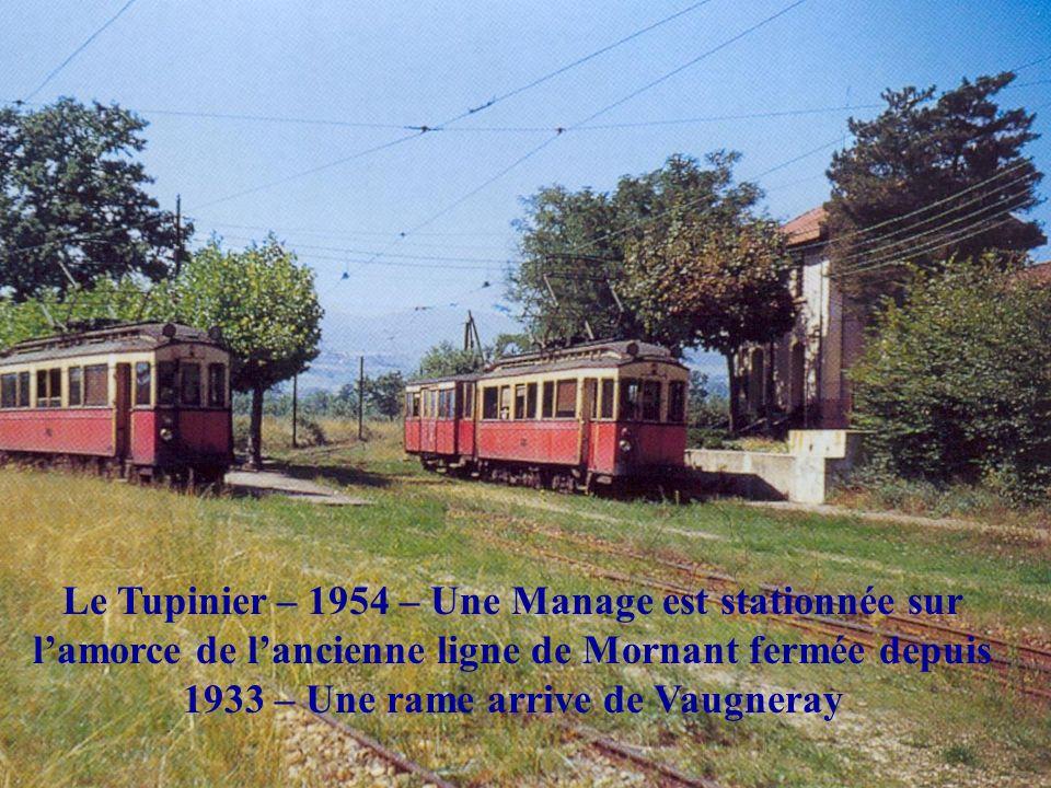 Le Tupinier – 1954 – Une Manage est stationnée sur l'amorce de l'ancienne ligne de Mornant fermée depuis 1933 – Une rame arrive de Vaugneray