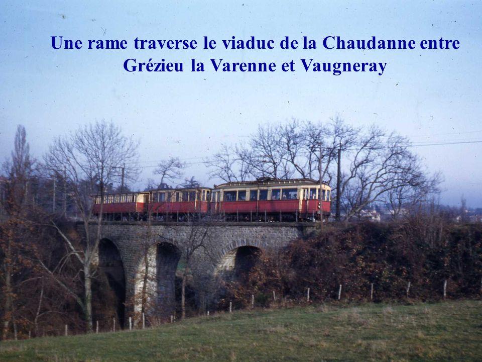 Une rame traverse le viaduc de la Chaudanne entre Grézieu la Varenne et Vaugneray
