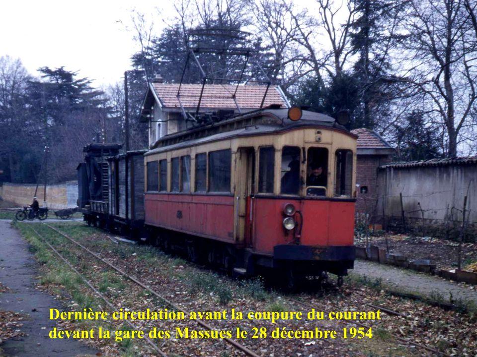 Dernière circulation avant la coupure du courant devant la gare des Massues le 28 décembre 1954