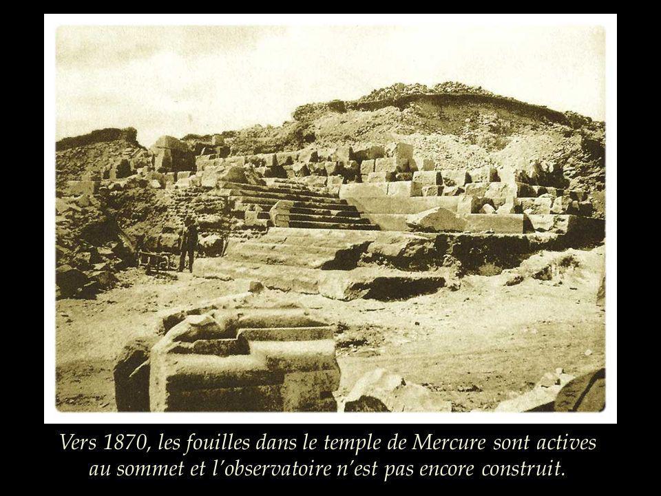 Vers 1870, les fouilles dans le temple de Mercure sont actives au sommet et l'observatoire n'est pas encore construit.