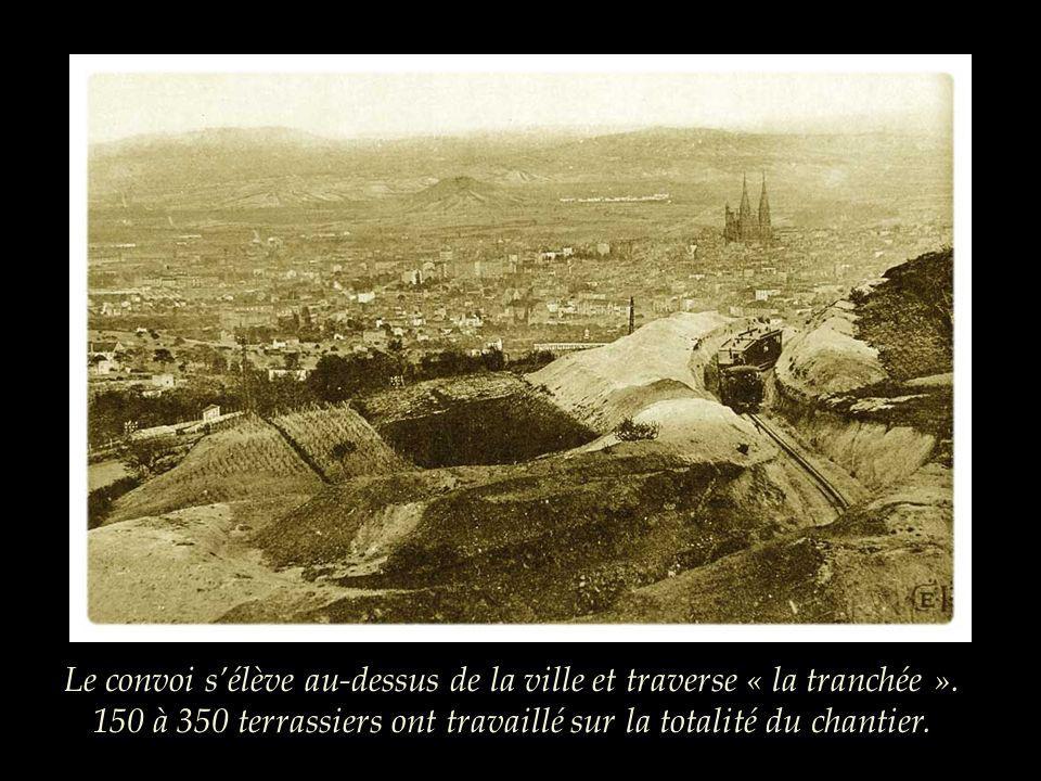 Le convoi s'élève au-dessus de la ville et traverse « la tranchée »