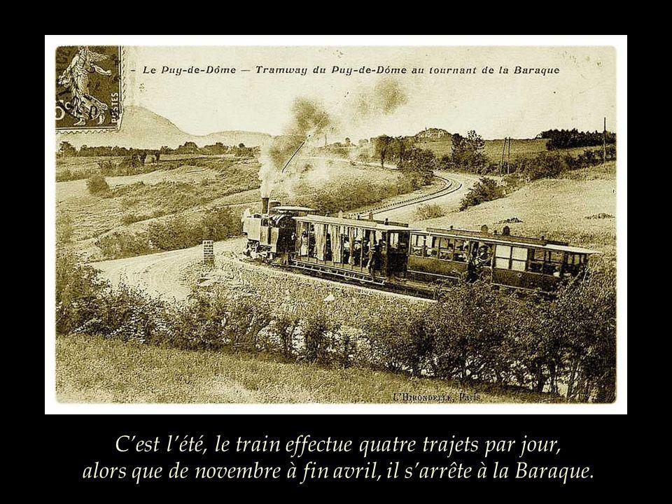 C'est l'été, le train effectue quatre trajets par jour, alors que de novembre à fin avril, il s'arrête à la Baraque.
