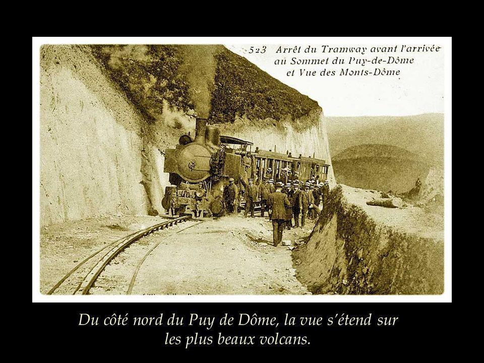 Du côté nord du Puy de Dôme, la vue s'étend sur les plus beaux volcans.
