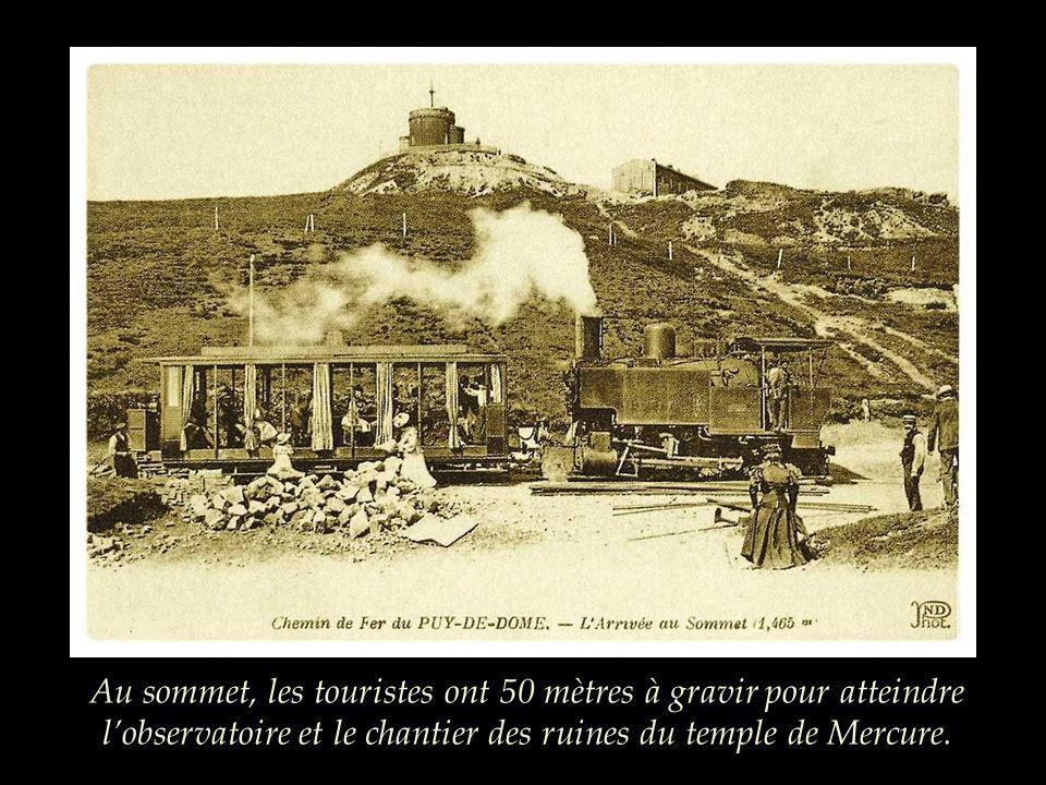 Au sommet, les touristes ont 50 mètres à gravir pour atteindre l'observatoire et le chantier des ruines du temple de Mercure.