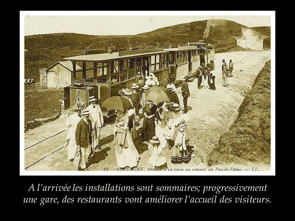 A l'arrivée les installations sont sommaires; progressivement une gare, des restaurants vont améliorer l'accueil des visiteurs.
