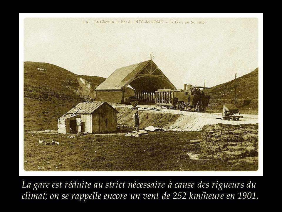 La gare est réduite au strict nécessaire à cause des rigueurs du climat; on se rappelle encore un vent de 252 km/heure en 1901.
