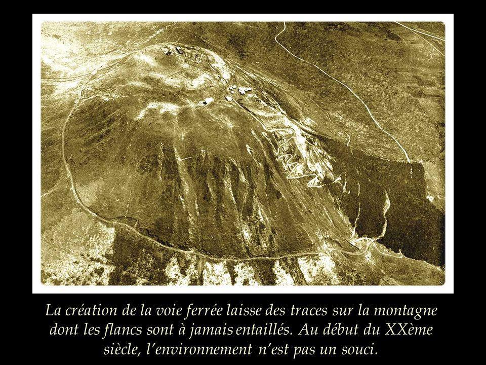 La création de la voie ferrée laisse des traces sur la montagne dont les flancs sont à jamais entaillés.
