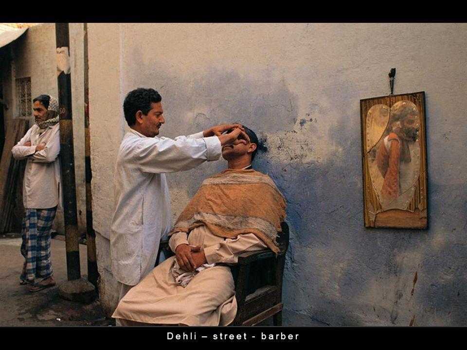 Dehli – street - barber