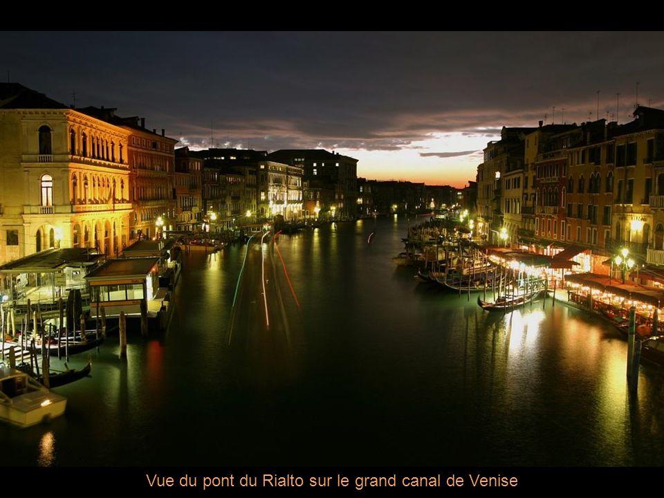 Vue du pont du Rialto sur le grand canal de Venise