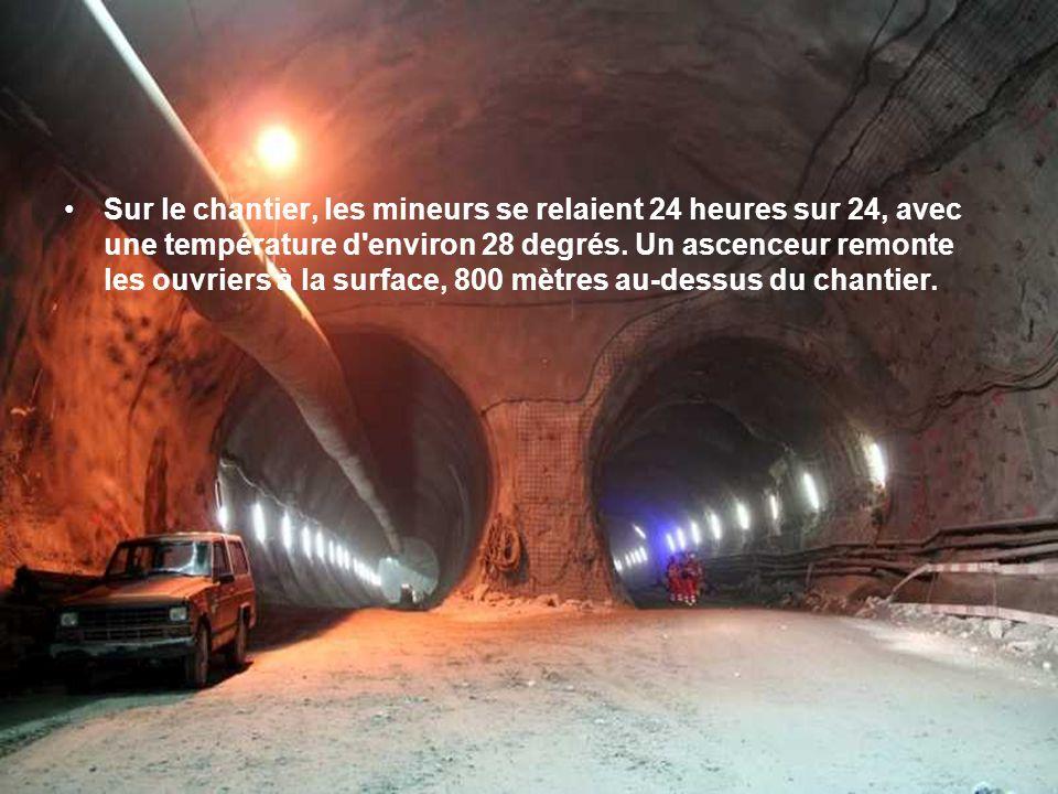 Sur le chantier, les mineurs se relaient 24 heures sur 24, avec une température d environ 28 degrés.