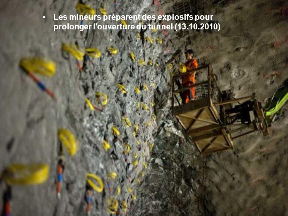 Les mineurs préparent des explosifs pour prolonger l ouverture du tunnel (13.10.2010)