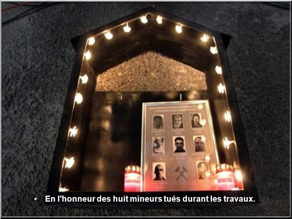 En l honneur des huit mineurs tués durant les travaux.