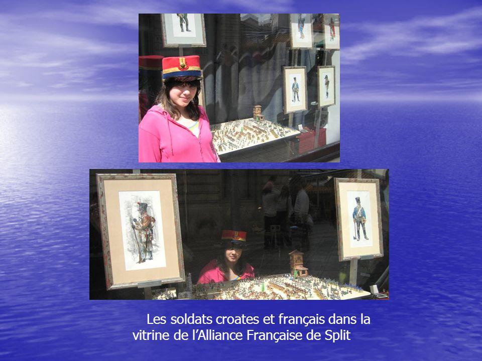 Les soldats croates et français dans la vitrine de l'Alliance Française de Split