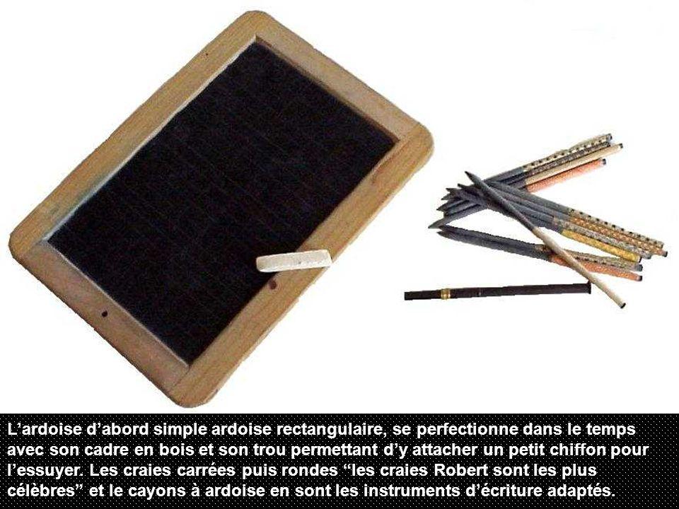 L'ardoise d'abord simple ardoise rectangulaire, se perfectionne dans le temps avec son cadre en bois et son trou permettant d'y attacher un petit chiffon pour l'essuyer.