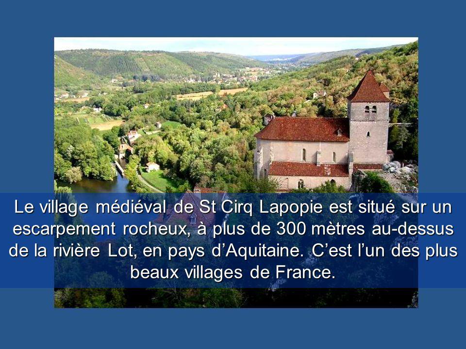 Le village médiéval de St Cirq Lapopie est situé sur un escarpement rocheux, à plus de 300 mètres au-dessus de la rivière Lot, en pays d'Aquitaine.