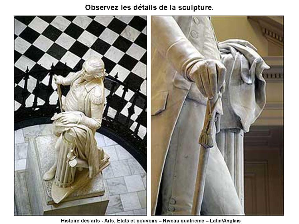 Observez les détails de la sculpture.
