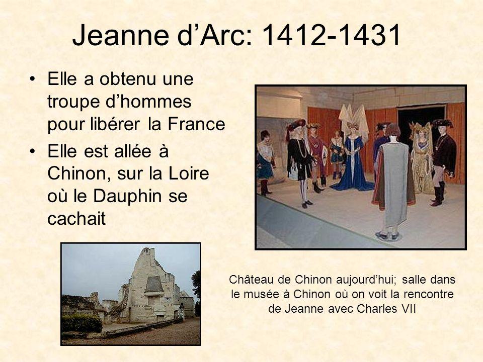 Jeanne d'Arc: 1412-1431 Elle a obtenu une troupe d'hommes pour libérer la France. Elle est allée à Chinon, sur la Loire où le Dauphin se cachait.
